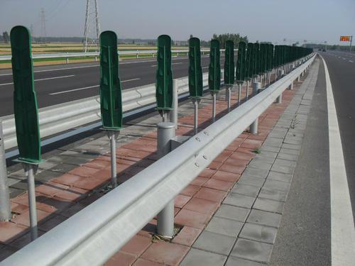 如何减少公路防撞护栏板的划痕